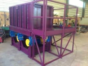 Table vibrante industrielle pour cage à gabion. Compactage des gabion dans des cages métalliques.