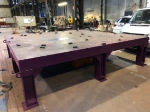Table vibrante industrielle pour compactage de charbon de bois dans une cuve métallique de 12 tonnes