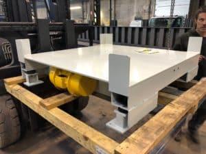 Table vibrante industrielle pour casser des cheminées dans des octabins afin de fluidiser le déchargement de la matière par canne d'aspiration